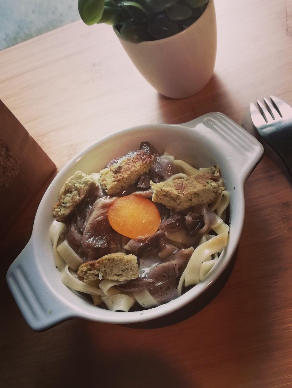 Tagliatelles au tofu, sauce aux deux champignons, façon carbonara